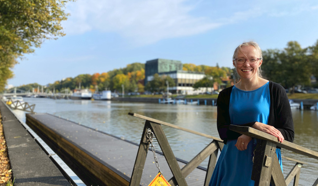 Malena Björkgren är flyktingkoordinator i Åbo svenska församling. Hon vet hur ensam en människa kan vara, och vad kontakt betyder.