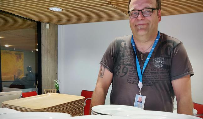Benjamin Laustiola är den konkreta länken mellan butikernas överblivna matlager och de matserveringar och -utdelningar som församlingarna i Helsingfors ansvarar för.