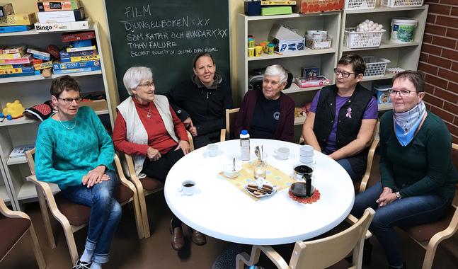 Kaffe och en pratstund gör gott. Från vänster Hjördis Bredenberg, Arla Andersson, Elinor Rehnström, Gunhild Lindström, Rose Nyström och Denise Paananen.
