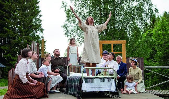Maria Åkerblom gjorde redan som ung sensation som sömnpredikant. Oravais teaters version av Under liten himmel inleds med den första dramatiska predikan från sjuksängen.
