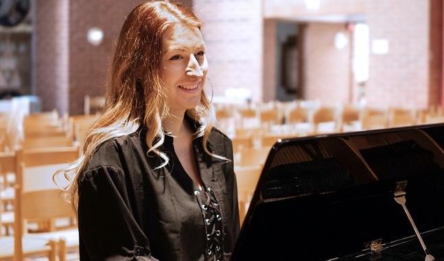 Emma Gustafsson hoppas många vill sjunga med i Voice.