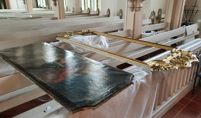 Altartavlorna tas ur sina ramar för att rengöras och restaureras.