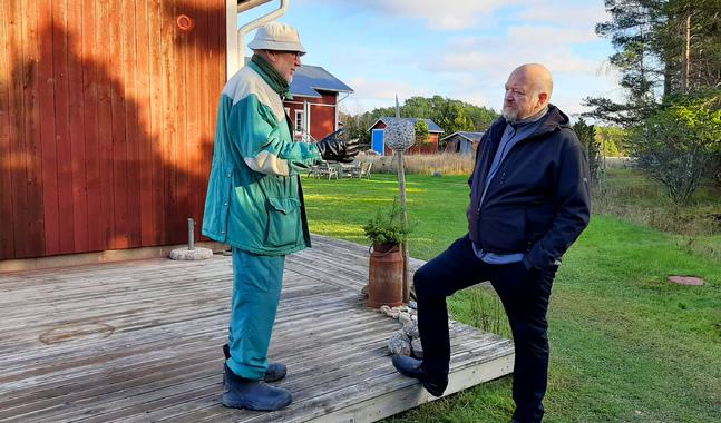 Jussi Meriluoto (till höger) värnar om den informella kontakten till församlingsmedlemmarna, här en pratstund med Janne Gröning