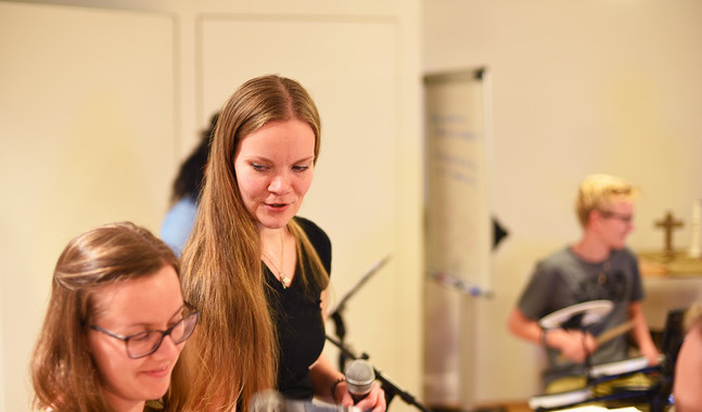 Sofie Ravall och Rebecka Björk hör till de aktiva församlingsmusiker som spelar in nya lovsånger
