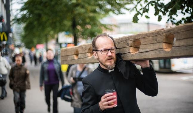Med en kaffe i ena handen och en straffstock i den andra vandrade Kai Sadinmaa genom Helsingfors.