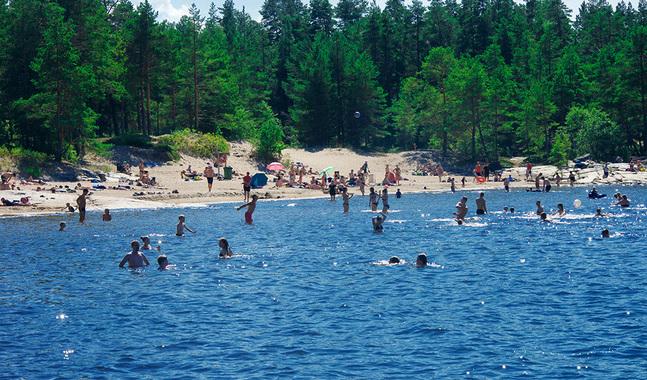 Som familj måste man fundera på vad man vill göra och vad man har råd med. En dag på stranden är ett billigt semesternöje.