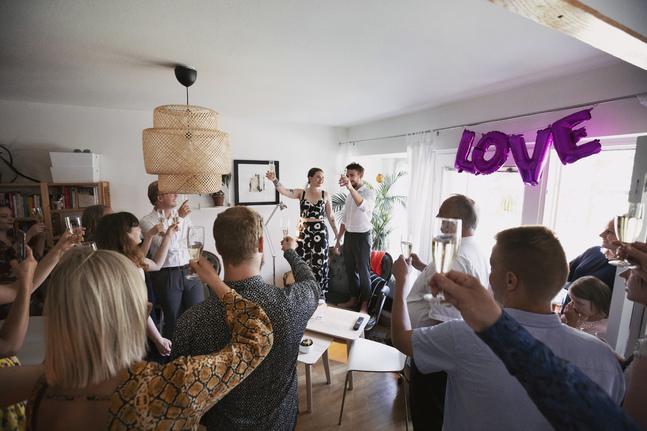 Madeleine och Tommi Dunderlin ordnade bröllopsfest hemma i sin lägenhet. Det begränsade antalet gäster men gjorde planeringen enklare.