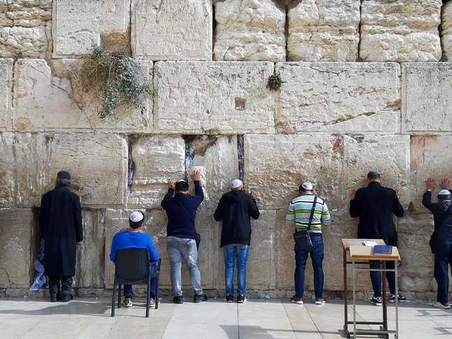 När templet förstördes år 70 e.Kr. försvann sadducéerna och fariséerna blev huvudfåran för judendomen vi känner idag.