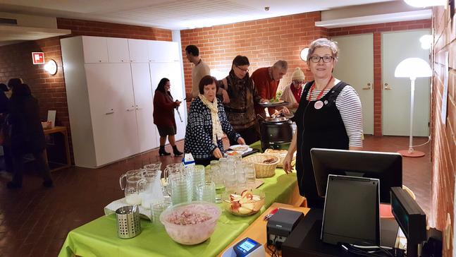 Johanna Sademaa ansvarar för matsalssidan vid lunchserveringen. Hon betjänar också på svenska.