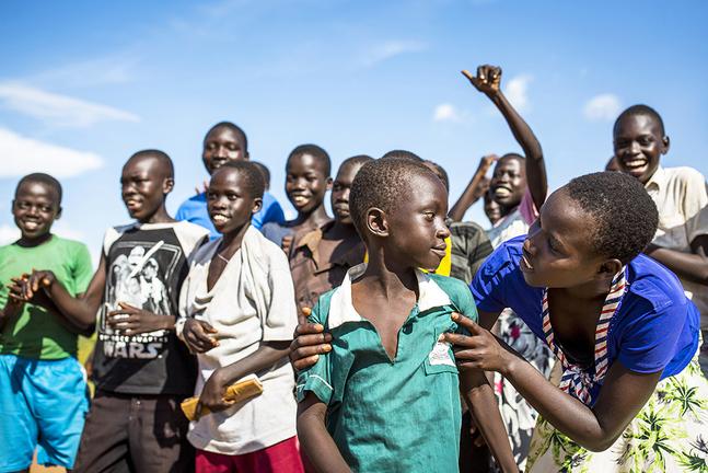 På världens näst största flyktingbosättning i Uganda bygger Kyrkans Utlandshjälp skolor och vidareutbildar lärare. Skola och undervisning betraktas som livräddande i krissituationer.