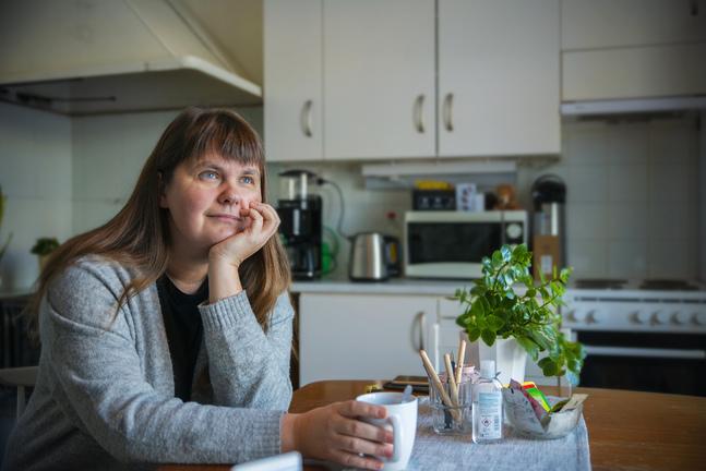 Sara Mikander har märkt att hon orkar lyssna till svåra berättelser eftersom de inte drar  igång något hos henne själv.