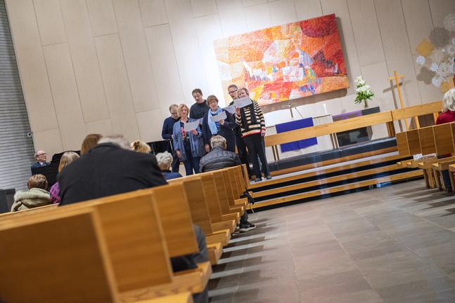 Lovsångsgruppen backar upp gudstjänsbesökarna med sånger på svenska och finska.