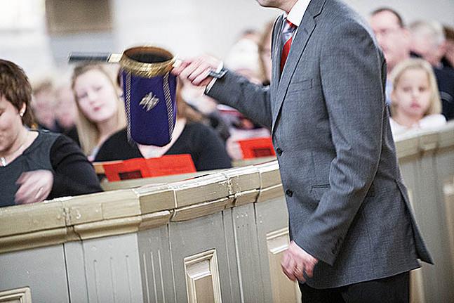 Kyrkvaktmästarna räknar gudstjänstbesökarna och för in antalet i datorn.