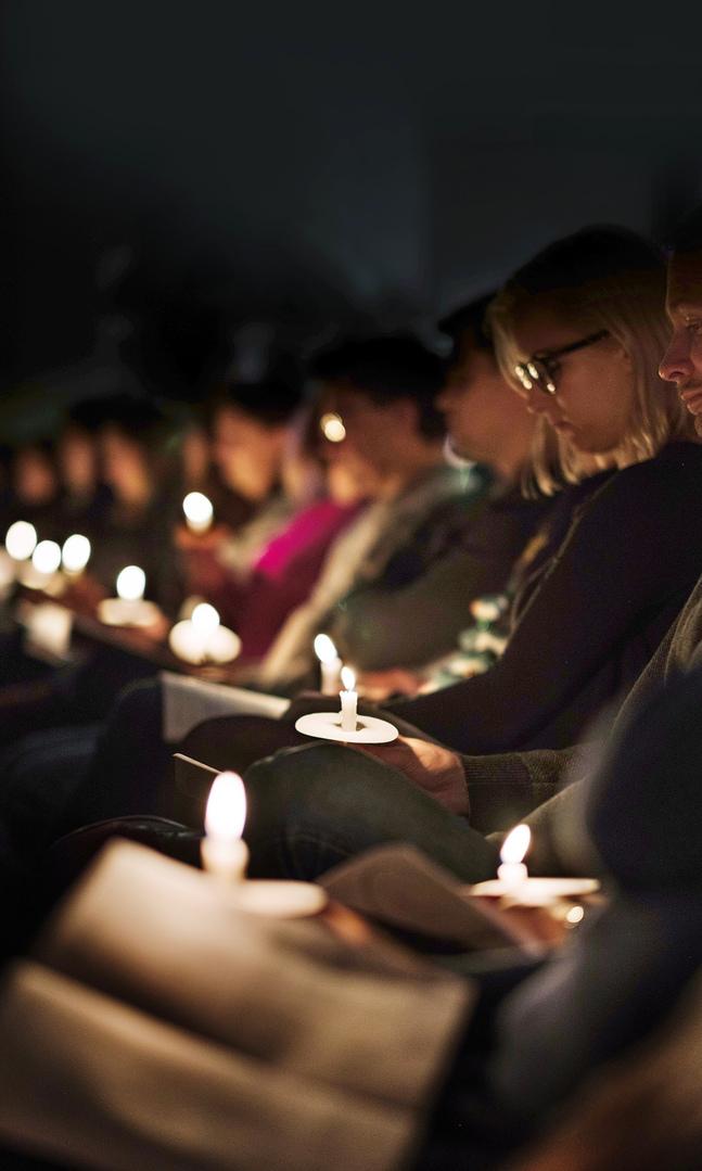 På lördagen inleds mässan i mörker för att sedan övergå till ljus.