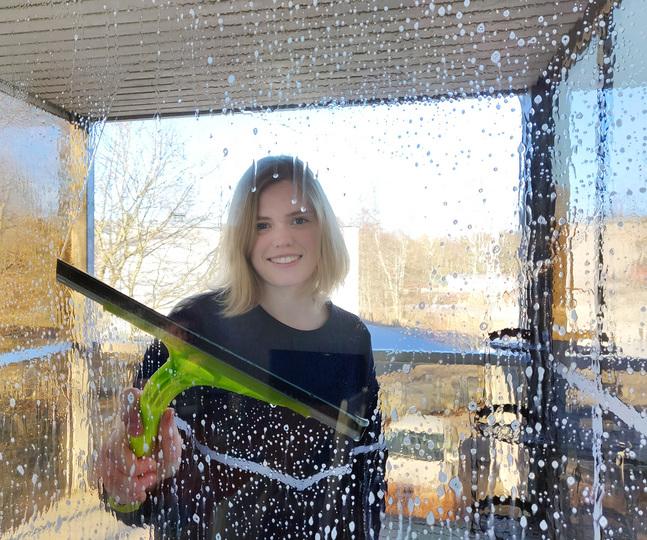 Hur skulle du visa en vanlig helsingforsare godhet? Varför inte genom att tvätta fönster eller städa. Frivilliga i Petrus församling gör praktiska sysslor under sin godhetssatsning.