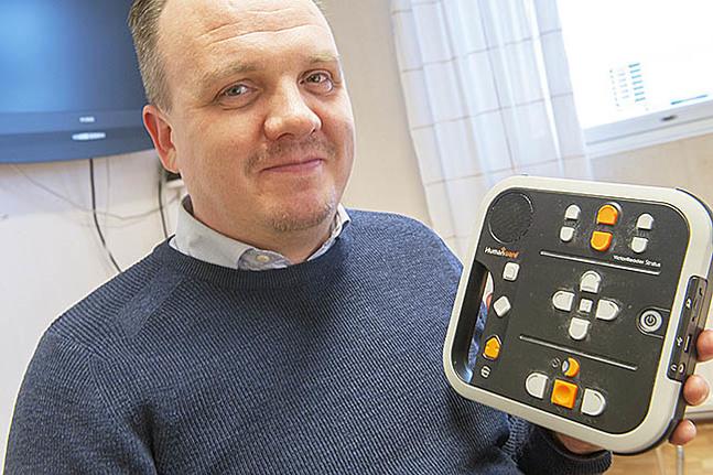 Daniel Ainasoja med apparaten som de flesta synskadade tar emot sin taltidning i.