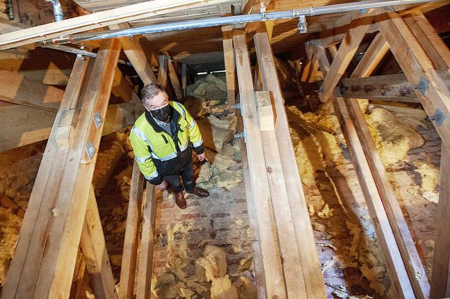 Det blottlagda takvalvet på vilket kyrkvaktmästaren Bengt Norrlin står är det synligaste tecknet på vattenläckaget. Brandverket slängde ut den våta isoleringen under det läckande munstycket.
