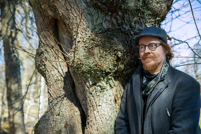Karstein Volle är författare, konstnär och timlärare i bildkonst. Han växte upp i Norge men bor idag i Helsingfors och stortrivs där.