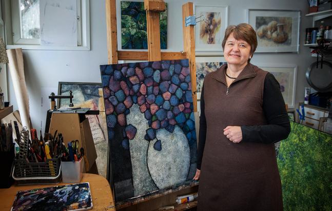 Hemma i Borgå har hon en egen liten ateljé. Under coronatiden har hon sålt en hel del verk via webbsajter för konst försäljning.