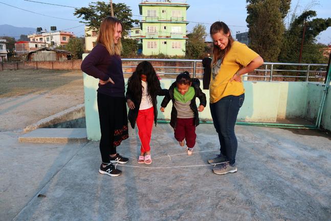 I Nepal fick gruppen från lärjungaskolan tillbringa mycket tid med barn och ungdomar. Här leker Maria Höglund (t.v.) och hennes ledare Angela Reep med två nepalesiska systrar.