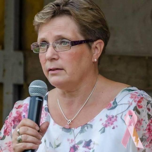 Karola Bodbacka som konferencier på välgörenhetskonserten 2017.