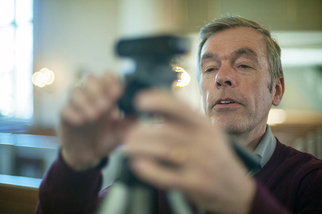 Bengt Norrlin är en av dem som skött strömningen av gudstjänsterna från Pedersöre och Jakobstads kyrkor. Nu strömmas gudstjänsten från Esse.