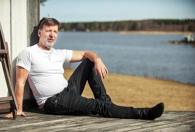 Med utsikten över Monäs sund från stugknuten har Ove Stråka inga problem att tro på skapelsen.