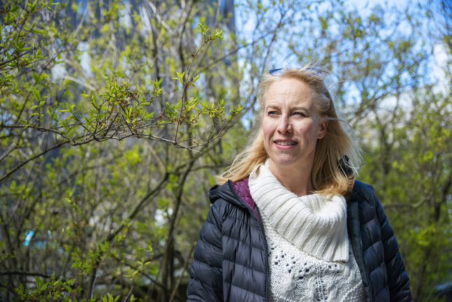 Till de konstigaste saker Haje Abrahamsson gjort under coronaisoleringen hör att hon öppnade en byrå för flygande mattor och kokade grankottssirap!