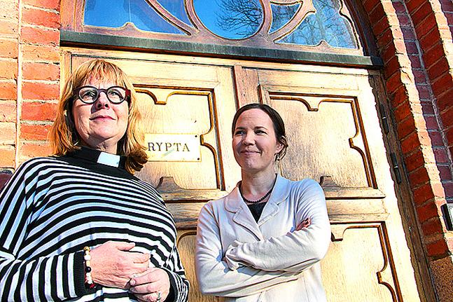 Maria Sten och Julia Korkman utanför Trefaldighetskyrkans krypta i Vasa. (Foto: Michaela Rosenback)