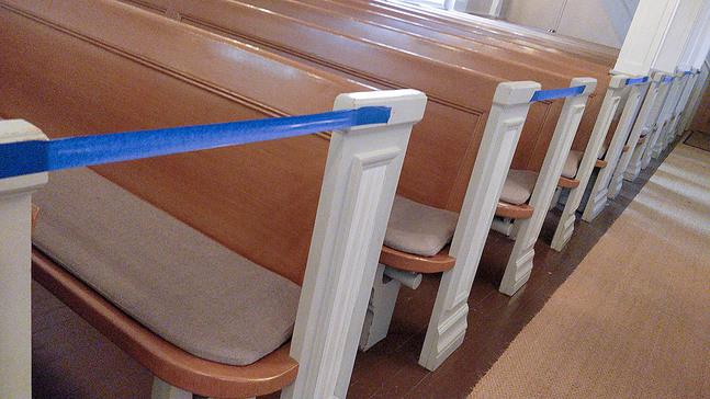 Även om kyrkorna öppnar upp igen ska man fortsättningsvis beakta avståndet.