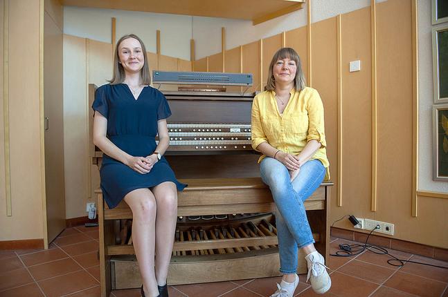Emilia Tikkala är sommarkantor och Anna-Pia Svarvar är sommarteolog i Jakobstads svenska församling.