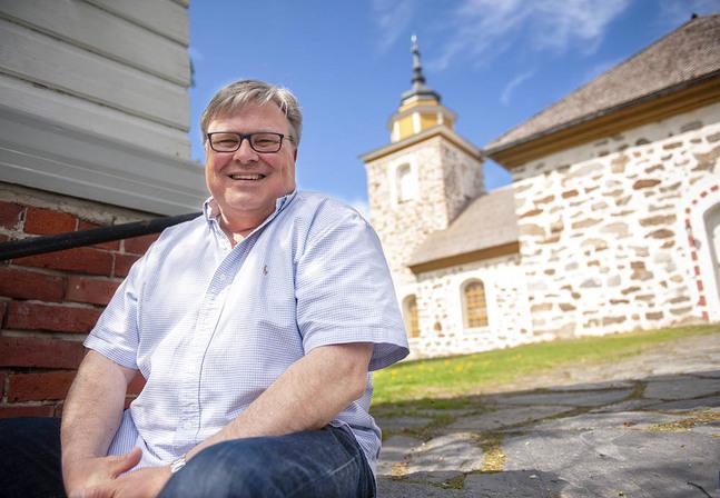 Munsala kyrka är Ulf Sundsténs hemmaplan. Här började han tjäna kyrkan som treåring. Här går han också i pension.