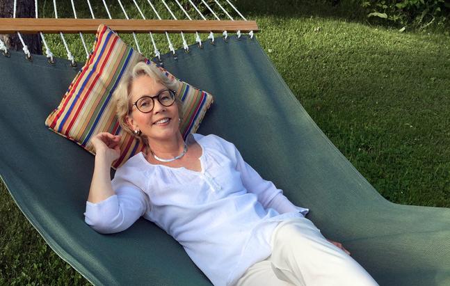 Johanna Evenson stortrivs hemma i hängmattan i Bovik. Ibland får hon besök av grannens kor.