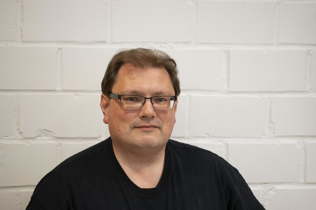 Janne Silfverberg jobbar som församlingssekreterare i Petrus församling med ekonomi, folkbokföring och personalfrågor på sitt bord.