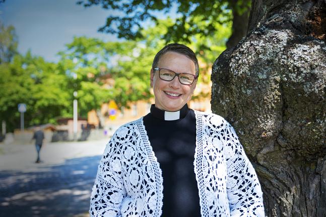 Åren mellan fyrtio och femtio hade varit hektiska. Camilla Svevar fick sitt tredje barn, hon sadlade om och läste teologi och blev präst, hon insjuknade i bröstcancer och blev frisk. Och som tf kyrkoherde i Replot bröt hon upp från sitt andra äktenskap.