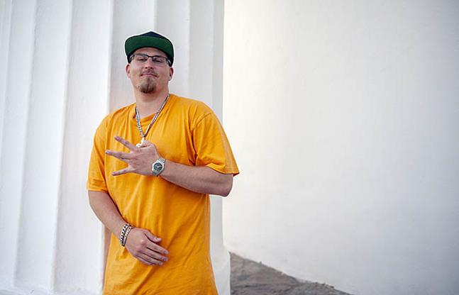 Rapparen Dennis Svenfelt siktar på att bli prästvigd i januari. Fingertecknet är en geografisk bestämning för den amerikanska västkusten inom hiphopkulturen.