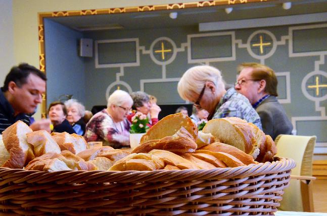 Att äta tillsammans är mer än bara maten. Det handlar om att dela gemenskap, ibland om att minnas dem som en gång satt vid bordet men inte längre gör det. Det finns många måltidsgemenskaper att upptäcka i Helsingfors – kanske en just för dig?