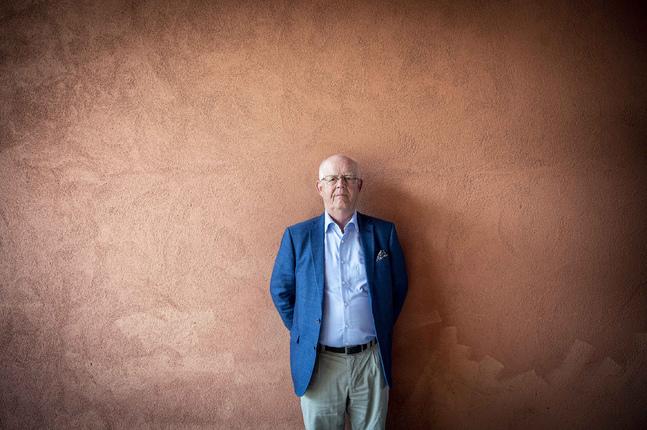 """Gustav Björkstrand är aktuell med biografin """"På avstånd ser man klarare""""."""