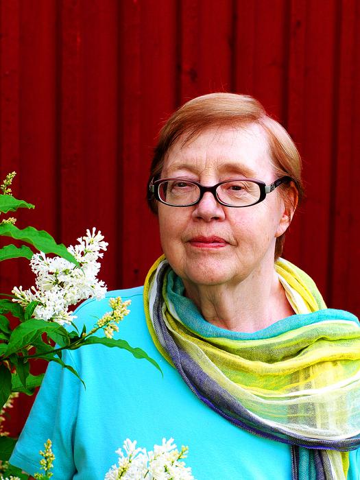 Carita Nyström och syrenen hemma i Korsnäs. FOTO: Dag Ågren