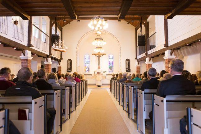 Om kyrkan är stor kan hela 500 personer samlas till exempel till ett bröllop eller en konfirmation. Men för festen efteråt gäller 50-personersgränsen.