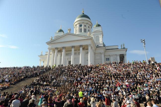 Barnkörer, ungdomskörer, kyrkokörer, kammarkörer, alla trängdes de i det strålande solskenet på Domkyrkans trappor.