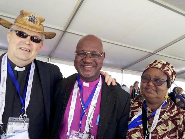 Rolf Steffansson på Lutherska Världsförbundets generalförsamling i Windhoek tillsammans med förbundets nya ordförande biskop Musa Panti Filibus och frun Ruth Filibus.