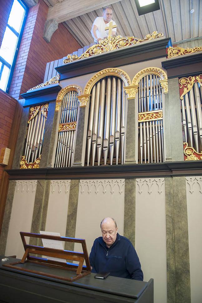 Olev Kents (uppe på orgeln) och Martti Porthan har samarbetat med rekonstruktionen av Normannorgeln.
