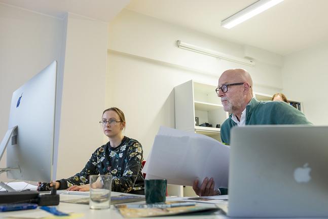 Kyrkpressens layoutareMalin Aho och John Bark jobbar med Kyrkpressens formatbyte.