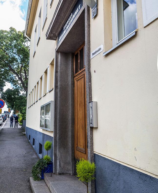 I somras fick Svenska församlingshemmet en vattenläcka, och sedan dess har huset inte haft varmvatten.