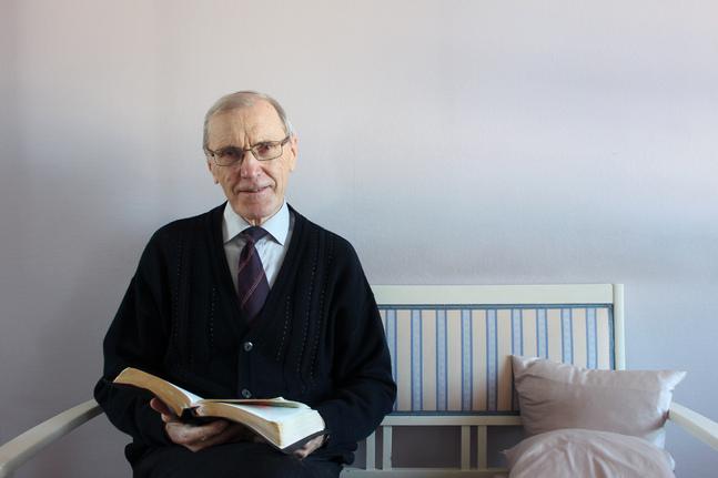 – Jag vill hellre ge en läsupplevelse än en traditionell kommentar, säger Erik Vikström om sin nya bok.