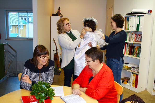 Julplanering. När allt kan ändra på kort varsel får de anställda parallellt bolla med program som går att göra på plats och på nätet. På bilden Jeanette Ribacka-Berg, Christina Caldén-Back (vid bordet), Siv Hellman och Inga-Lene af Hällström (stående).