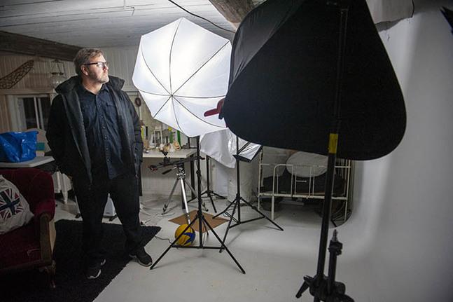 När han mådde så dåligt att färgerna försvann ur hans liv började Matti Aspvik fotografera.