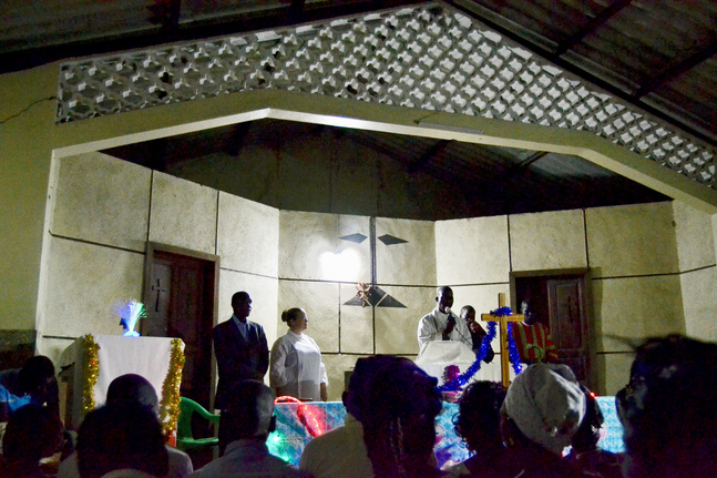 Julgudstjänst i en av Senegals lutherska församlingar. Glitter är inte bara julpynt, det är festpynt som kan användas i kyrkan året om.