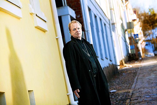 Peter Sandström (1963) är född och uppvuxen i Nykarleby. Numera bor han i Åbo.